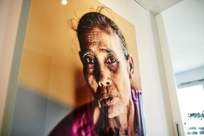 """Portrait """"Die Dame vom Archipel"""" (Myanmar Projekt 2015), auf Diasec von Fotograf Nino Strauch"""