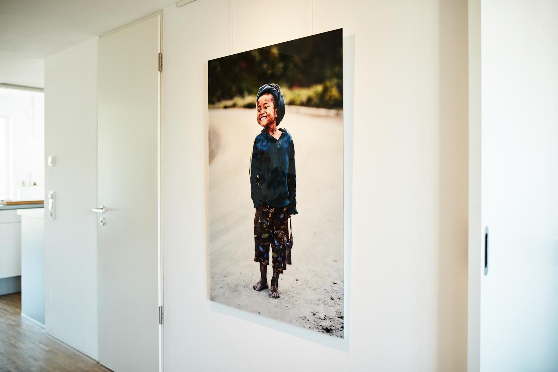 """""""Der Junge mit der Zwille, Mindat"""" (Myanmar Projekt 2016), auf Diasec von Fotograf Nino Strauch"""