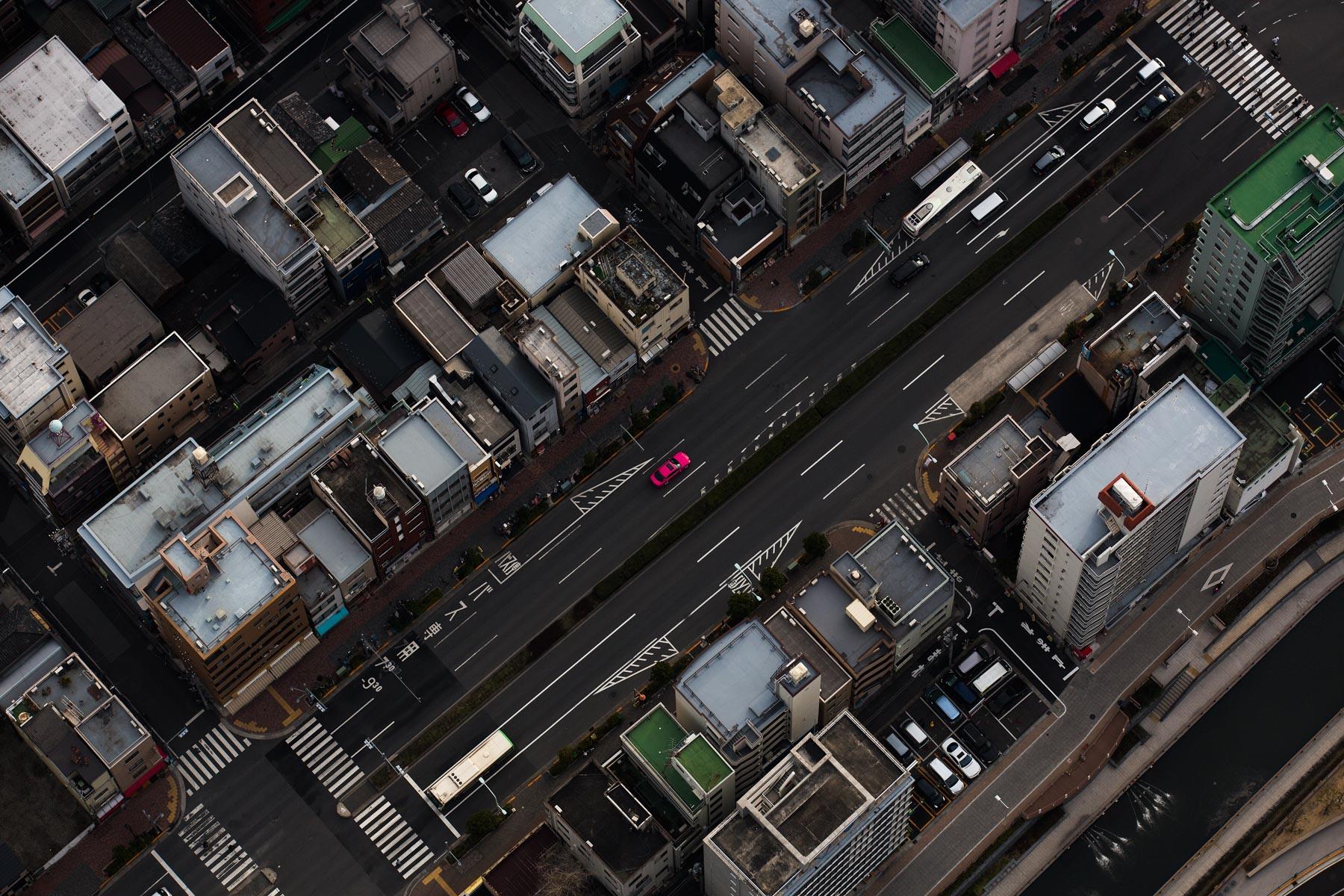 Ein Blick vom 450m hohen Skytree-Tower auf die Straßen von Tokio/ Japan, 2014