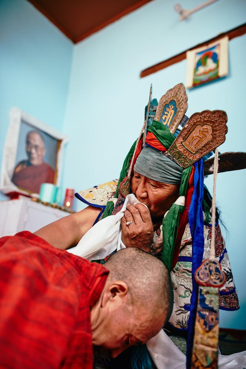 Lama Thsepel bei einer Schamanin in Leh/ Ladakh/ Indien, 2018