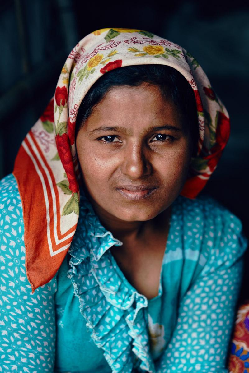 "Frau mit Kopftuch im Flüchtlingscamp ""Ohn Taw Gyi (North) Camp"" in Sittwe/ Rakhine/ Myanmar, 2015"