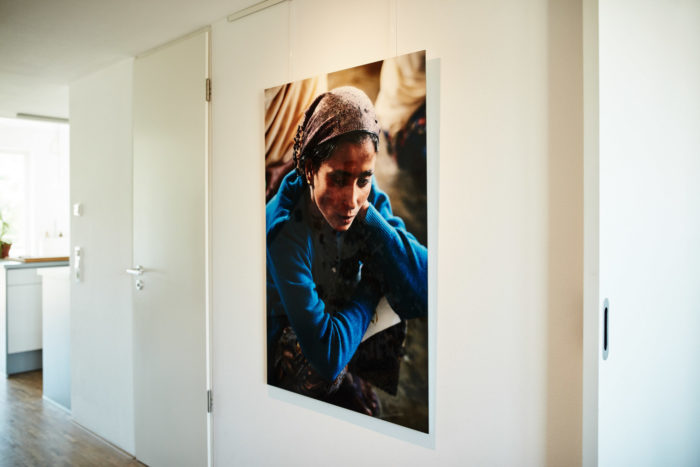 """Portrait """"Rohingya Frau im """"Ohne Daw Gyi/North"""" Flüchtlingscamp"""" (Myanmar Projekt 2015), auf Diasec von Fotograf Nino Strauch"""
