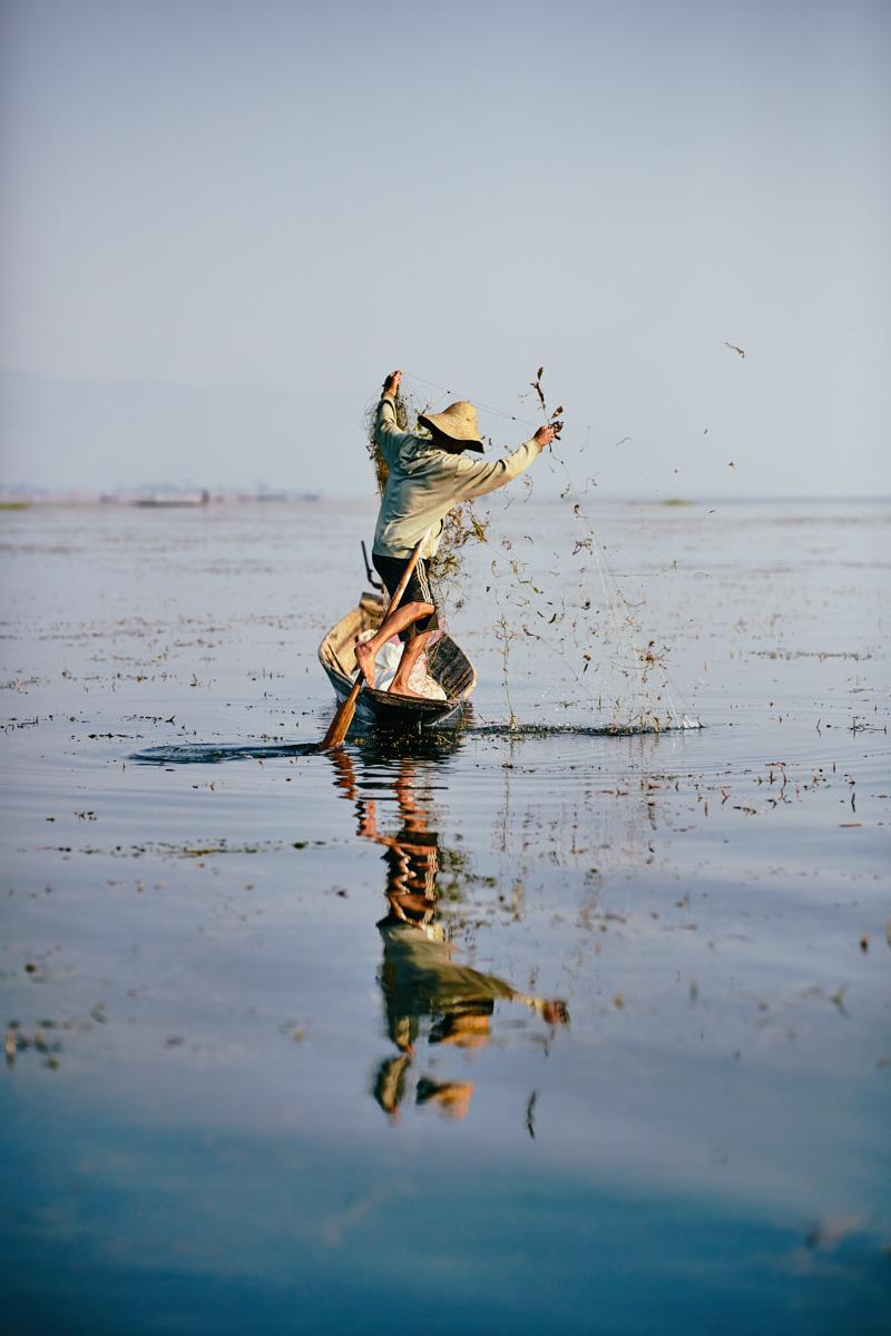 Fischender Einbeinruderer am Inle See/ Shan Staat/ Myanmar, 2015