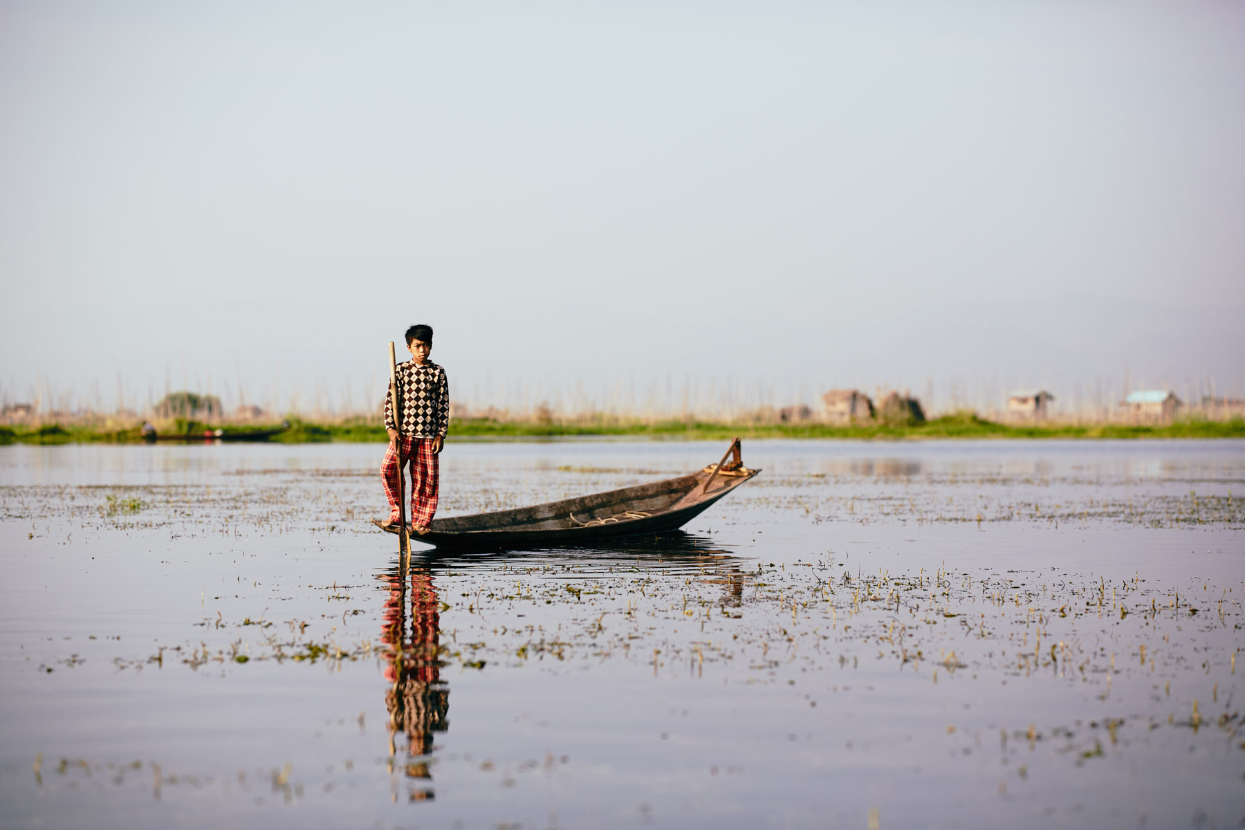 Junge an der Spitze seines Bootes am Inle See/ Shan Staat/ Myanmar, 2015