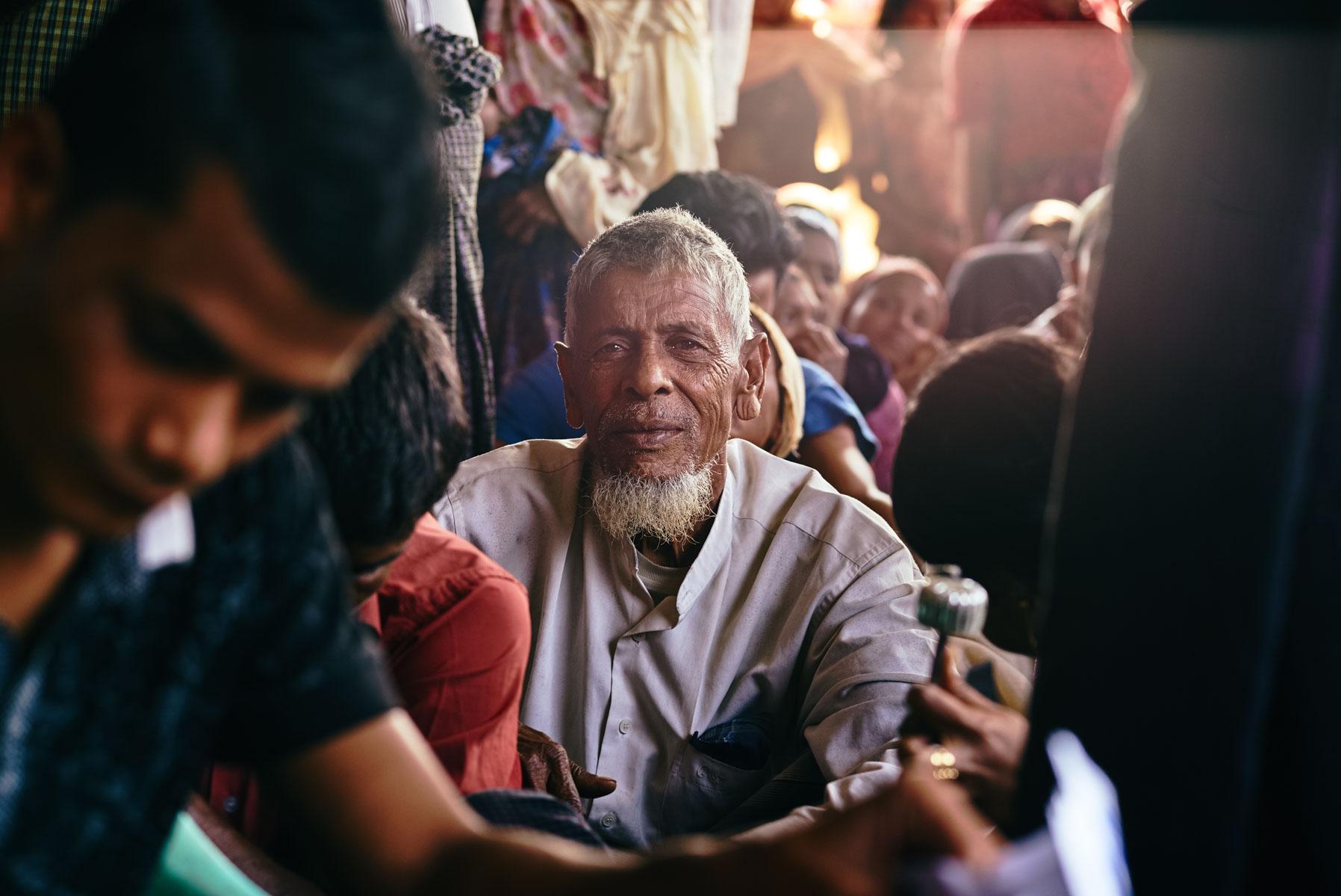 "Rohingya Flüchtling bei der Essensvergabe im ""Ohn Taw Gyi (North) Camp"" in Sittwe/ Rakhine/ Myanmar, 2015"