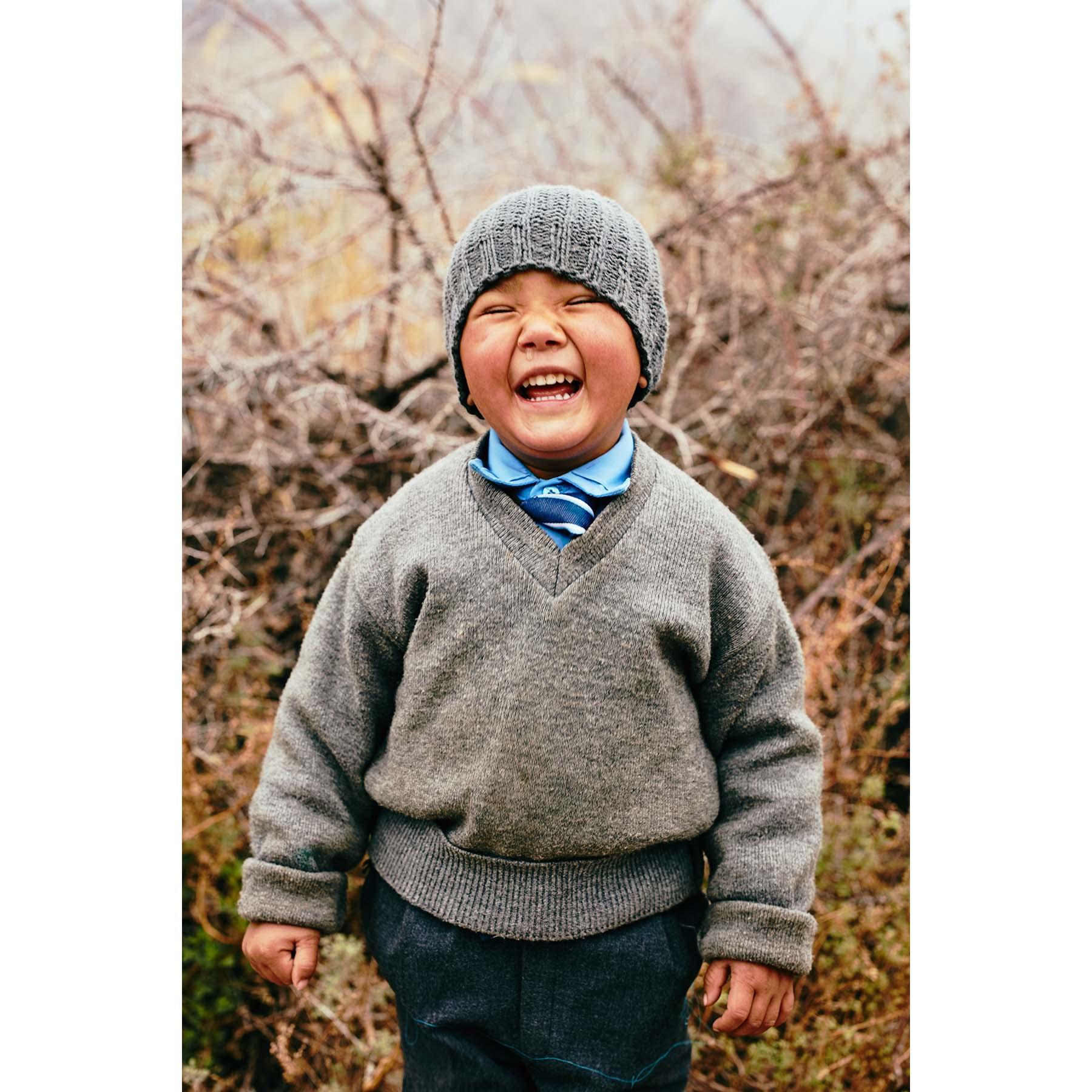 Portrait, der lachende Schuljunge | Ladakh, Indien | Nino Strauch Fotograf Tübingen | Fotokunst